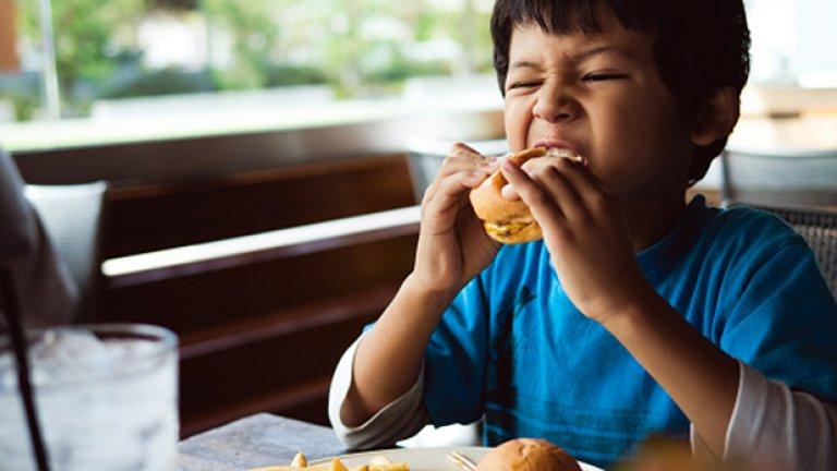 2. Преработените храни не съдържат достатъчно фибри Нуждаете се приблизително от 20 до 30 грама фибри на ден, но ако преработените храни преобладават в менюто ви, най-вероятно не си набавяте и половината от този грамаж. Голяма част от фибрите се губят при процеса на преработка или се премахват умишлено от производителите. Затова и повечето преработени храни имат ниско съдържание на фибри. Това не е добра новина, защото фибрите имат редица ползи за здравето – захранват полезните бактерии в чревния тракт, подпомагат перисталтиката, забавят усвояването на храната, помагат за контрола на кръвната захар и инсулина, като вследствие на това изчезва постоянното чувство на глад.