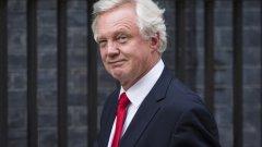 Британският министър по въпросите на излизането от Европейския съюз - Дейвид Дейвис, в някои аспекти има най-лесната работа на света. С вече задействан Член 50, Великобритания ще напусне ЕС независимо какво ще се преговаря в следващите две години. Постигането на някакви условия извън простото оттегляне от съюза обаче е почти мисия невъзможна.
