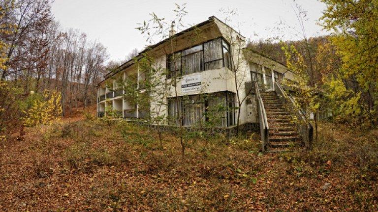 Почивната станция на БТК, впоследствие превърнала се в учебен център към регионалното управление по далекосъобщенията в Хасково, в наши дни е просто една пустееща сграда, затрупана от гъст килим сухи листа