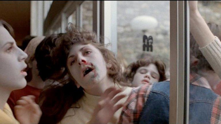 """Dawn of the Dead / Зората на мъртвите (1979 г.)  Продължението на """"Нощта на живите мъртви"""" разширява мащаба – Щатите са обхванати от криза, когато поради неясна причина мъртъвците се надигат от вечния си покой и се превръщат в хранещи се с плът зомбита. Социалният ред е застрашен, правителството не може да се справи, а Ромеро разказва историята на група оцелели, които се скриват в търговски център в търсене на защита от зомби-заплахата.  """"Зората на мъртвите"""" не е просто филм за ходещи мъртъвци, а и сатира на съвременно общество, отдало се на консумеризма. Нещо, което през последните над 40 години не се е променило особено."""