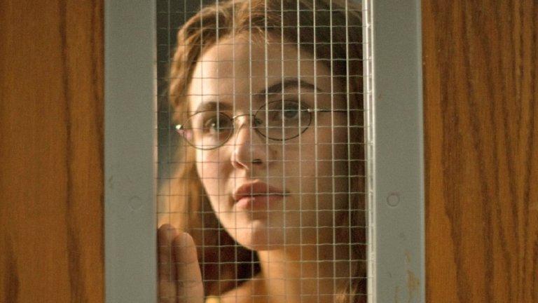 """Cruel Summer (""""Безпощадно лято"""") Център на сюжета на сериала е малък град в Тексас. Действието се развива през 90-те години, а животът за местните тече скучно и предвидимо, докато най-популярното момиче от гимназията не изчезва мистериозно. Кейт Уолис (Оливия Холт) е имала перфектен живот - приятели, гадже, висок социален статус в гимназията и много от местните жители не могат да си обяснят защо някой би ѝ желал злото, но с напредване на епизодите се разбира, че тийнейджърката е криела опасни тайни."""