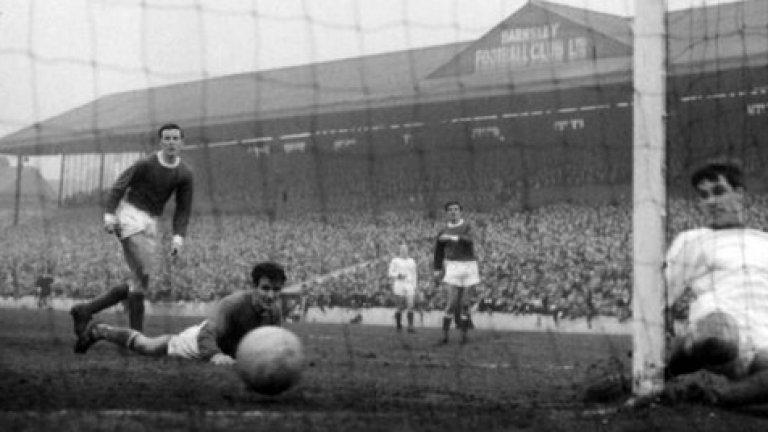 15 февруари 1964 г. - Първи стъпки. Бест вкарва четвъртия гол при победата на Юнайтед с 5:1 над Барнзли, като това е негово първо попадение за клуба. Любопитно, 17-годишният младеж не се харесва първоначално на Мат Бъзби, който го връща в Белфаст да празнува Коледа, но му дава място в състава в края на януари и Бест играе 24 мача до края на сезона. Вкарва и 6 гола.