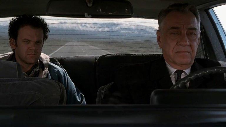 """""""Сидни"""" (Hard Eight)Година: 1996Когато гледате """"Сидни"""", трудно бихте предположили, че това е нечий дебютен филм. Причините са много - от актьорския състав, в който влизат Гуинет Полтроу, Самюъл Джаксън и Джон Райли, през остроумния диалог до безкрайната увереност, която личи в режисурата му.  Филмът върви по петите на историята на застаряващия самотник Сидни (Филип Бейкър Хол), който среща случайно Джон (Райли) - нещастник, пропилял всичките си пари. След кратък разговор двамата тръгват заедно на път и си намират стая, където отсядат. Под напътствията на Сидни, Джон скоро става успешен комарджия, но всичко се обърква, когато се влюбва в Клементин (Полтроу) - сервитьорка, която проституира на половин работен ден и има вземане-даване с тежкия гангстер Джими (Джаксън).Описанието е достатъчно да подскаже кашата, която забърква тази великолепна четворка, но най-хубавото от всичко е, че филмът не издиша и задържа интереса до самия край."""
