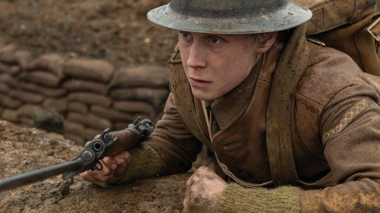 """""""1917"""" Психологическата страна на войната определено е сред темите, които вълнуват Сам Мендес. Сценарият, който също е дело на Мендес, е базиран на разказите на неговия дядо, който е участвал във """"Войната, която трябваше да сложи край на всички войни"""", но онова, което се случва във филма, спокойно може да се отнесе към който и да е военен конфликт, в която и да е историческа епоха. Историята проследява двама военни куриери, които са изпратени да предадат съобщение от една точка на бойното поле до друга, а залогът е животът на 1600 британски войници. Мендес подхожда към историята внимателно, дълбоко и с интимност, присъща на режисьорския му поглед, като тази прави онова, което правят добрите творци: създават оригинална история, правейки я универсална и общовалидна."""