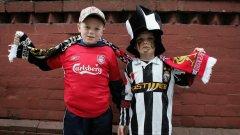 """Деца на привърженици на Ливърпул и Ювентус преди четвъртфинала за Шампионската лига през 2005, 20 години след трагедията от """"Хейзел"""""""