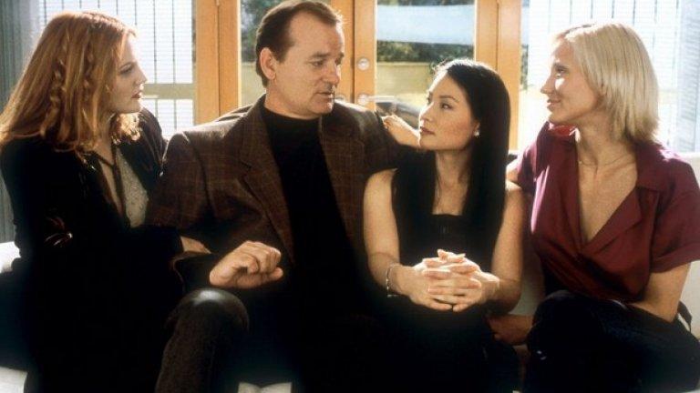 """Две десетилетия по-късно се появява филмът """"Ангелите на Чарли"""", в който майсторките на бойните изкуства, маскировката и шпионажа са изиграни от Камерън Диаз, Дрю Баримор и Луси Лиу. Филмът е нелоша екшън комедия, която е последвана от продължение (""""Ангелите на Чарли: Газ до дупка"""") през 2002 г. Тази година ще видим още едно, което обаче ще е с ново поколение """"ангели""""."""