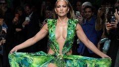"""Дженифър Лопес  Емблематична рокля, предизвикваща погледите, е и зелената изрязана рокля на Versace, която носеше Дженифър Лопес на наградите """"Грами"""" през 2000 г. Тоалетът ѝ стана толкова култов, че певицата го облече отново на шоуто на Versace през 2020 г."""