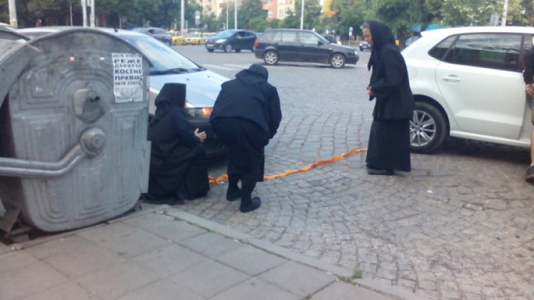 """Три монахини са """"изтеглили късата клечка"""" - закъсали са с """"Фиат""""-а си на кръговото на Руски паметник в София, където обикновено маршрутките за Перник качват пътници..."""