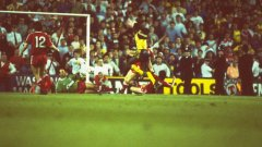 1989 г., Ливърпул - Арсенал 0:2.Майкъл Томас бележи гола, донесъл най-драматичната титла в историята на английския футбол - в пряк дуел, в последния рунд, с победа 2:0 като гост на фаворита!