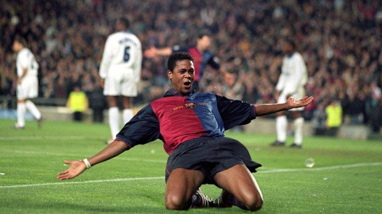"""14. Патрик Клуйверт  След като загуби титлата от Арсенал през 1998-а, Юнайтед започна да търси нападател, който да донесе головете. """"Червените дяволи"""" бяха договорили трансферна сума от 9 млн. евро с Милан за Клуйверт, но нападателят категорично отказа да преговаря с Юнайтед. Холандецът каза, че има само един отбор в Англия, за който би играл, и това е Арсенал, преди да премине в Барселона.  """"Може би не знае колко голям клуб е Манчестър Юнайтед"""", коментира тогава Фъргюсън, преди да вземе Дуайт Йорк от Астън Вила за 12 млн. паунда. Още в първия си сезон в Юнайтед Йорк вкара 29 гола и спечели знаменития требъл."""