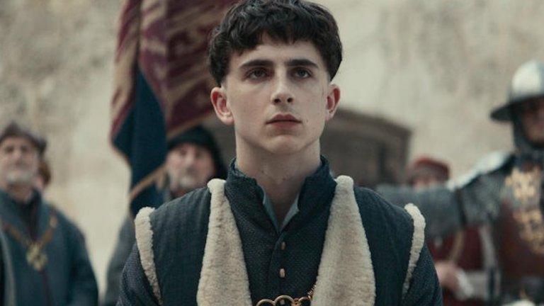 """The King / """"Кралят""""   Историческите филми за средновековни боеве определено са добро и развлекателно решение, а за разлика от много други заглавия, този филм на Netflix дори се придържа до известна степен към историческата реалност (която, разбира се, е украсена допълнително с драматизъм и ѝ е сложен Тимъти Шаламе за цвят). Филмът проследява съдбата на английския крал Хенри V, неговия възход към трона и кампанията, която почти успява да реши Стогодишната война в полза на Англия. Освен добрия сценарий, тук наистина си заслужава да отбележим и актьорската игра, като Тимъти Шаламе излиза от обичайния си образ на градско момченце, а се превръща в истински крал."""