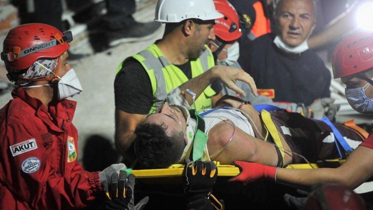 Кадър на ранен човек, намерен жив в останките от една от срутените сгради. Ранените след труса са над 800.