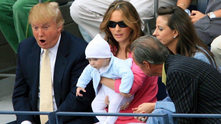 Срещата й с Тръмп се оказва съдбоносна, защото няколко години по-късно - през 2005 г., двамата сключват брак. Ако към онзи момент той е бизнес магнат и милиардер, едва ли някой от двамата допуска, че 12 години по-късно ще бъде и стопанин на Белия дом.  Доналд и Мелания Тръмп през 2005 г. на US Open, скоро след сватабата и появата на сина им Барън.
