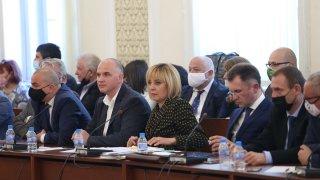 Мая Манолова намекна, че държавните поръчки се финансират по непрозрачен начин