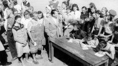Към края на Втората световна война 800 000 германски жени и момичета са били депортирани в трудови лагери в Съветския съюз, където много от тях намират смъртта си. (на снимката: германски жени и момичета преди да бъдат освободени от лагер в СССР)