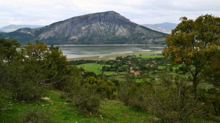 Изглед към село Лисиците и скалния масив Хисаралтъ, на върха на който е разположена другата близка средновековна крепост - Моняк