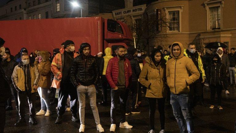 Новите ограничения, наложени заради потенциално по-заразния щам на коронавируса, доведоха до напрежение по границата между Англия и Франция