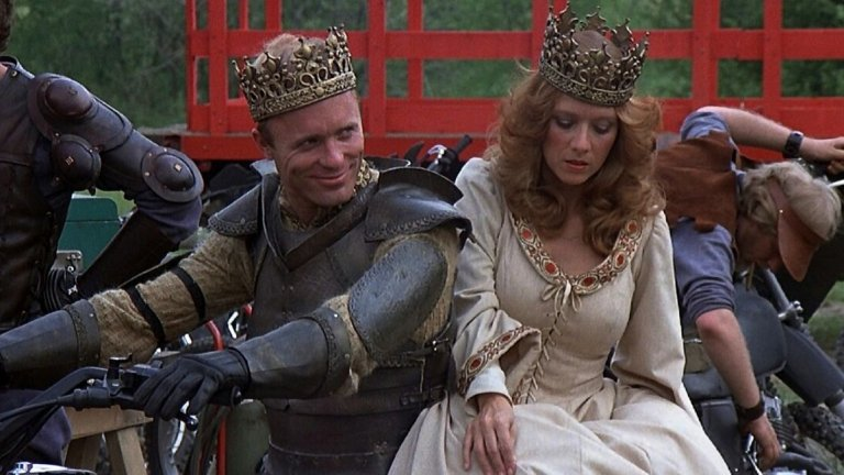 """Knightriders / Кръстоносци (1981 г.)  Името на Ромеро може да е синоним на """"филми със зомбита"""", но понякога той бяга от ограниченията на жанра. Пример е тази драма от 1981-а, която разказва за странстваща трупа, чиито членове се обличат като средновековни рицари (но """"яздят"""" мотори). Желанието на техния """"крал"""" да води трупата спрямо едни остарели идеали се оказва все по-трудно осъществимо заради сложната реалност на съвремието."""