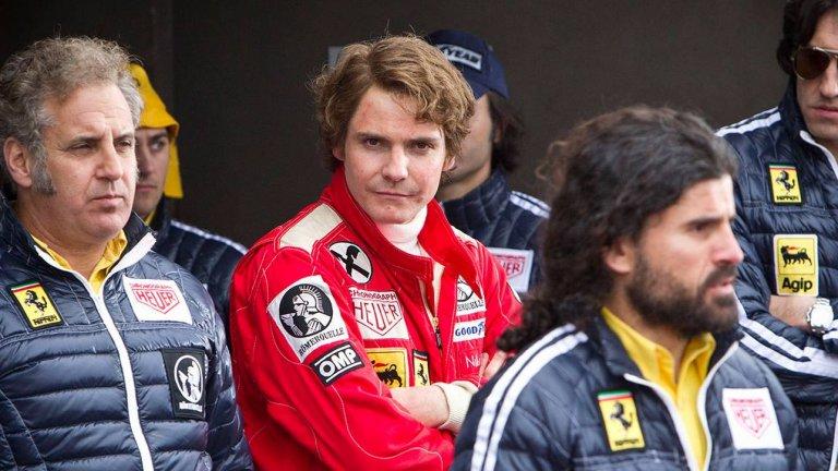 """""""С пълна газ"""" (Rush) И от Втората световна война към златната ера на автомобилните състезания във Формула 1 през 70-те. След часове ежедневно гримиране и дори протези в челюстта, Даниел Брюл влиза под кожата на легендарния Ники Лауда, по прякор Плъха. Срещу Лауда е неговият вечен опонент в лицето на британския плейбой Джеймс Хънт (в ролята - Крис Хемсуърт), като враждата между двамата често прекрачва всички граници на приличното и допустимото. Всяка грешка пък може да коства живота на някого от двамата.   За да се подготви за ролята си, Брюл отива до Австрия, където прекарва няколко дена лично с покойния вече Лауда. Актьорът не е много сигурен как ще премине срещата им, тъй като още по телефона състезателят му заявява да не си взима много багаж, за да може да се омете веднага, ако не се харесат. Е, на Брюл дори му се налага да си купува допълнително дрехи и Лауда успява да го подготви изключително добре за ролята.  """"С пълна газ"""" е наличен за гледане в Netflix."""