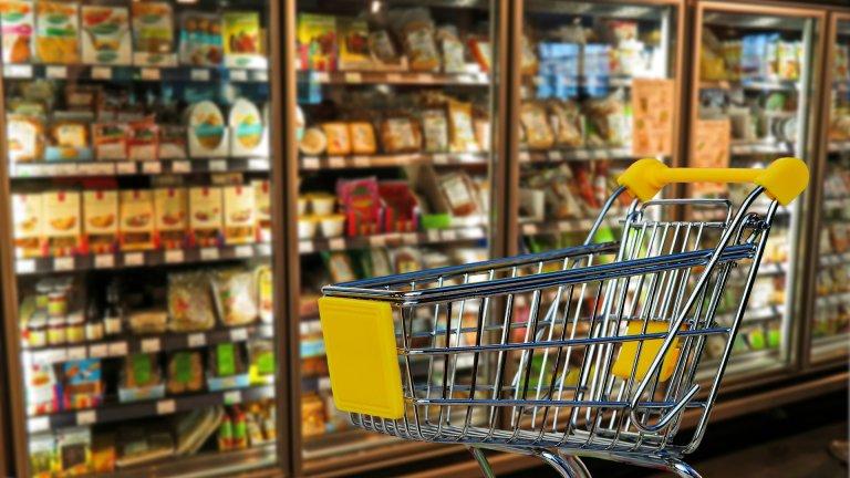 Революция в пазаруванетоЗаченките на тази революция видяхме и в България, когато ни се наложи да чакаме на километрични опашки пред куриерските фирми. 2021 г. се очертава също толкова динамична и е ясно, че част от ограниченията ще останат и през идните месеци. Затова търговците все по-масово залагат на виртуални магазини и хипермаркети, които ще бъдат последвани от дигитални пробни за обувки и дрехи, а защо не и онлайн консултанти по храни и вино например. Супермаркетите със самотаксуване също ще трупат все повече популярност.