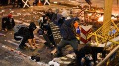 Полицията използва сълзотворен газ и водни оръдия срещу протестиращите в Барселона