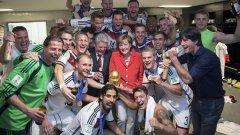 Германският канцлер Ангела Меркел поздрави немските национали в съблекалнята за спечелената световна титла