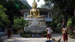 Храмът в Тайланд приютява и дава надежда на тези, които не са намерили сили да се преборят с най-големия си порок
