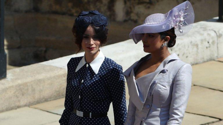 Със славата идват и известните приятели  Чопра има някои доста известни приятели, като сред най-близките й е Меган Маркъл (кадърът е от сватбата на Маркъл с принц Хари). За херцогинята на Съсекс Приянка казва, че двете са станали приятелки, точно както две момичета могат да се сближат. След сватбата Меган споделя, че актрисата е била сред най-стилните й и добре облечени гостенки. Приянка е близка и със семейство Кардашиян-Дженър, актрисата Ребел Уилсън и моделът Кейт Мос.