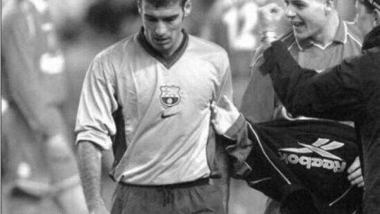 """Стивън Джерард се опитва да стисне ръката на Джосеп Гуардиола, след като Ливърпул побеждава Барселона с 1:0 през 2001 г. Гол от дузпа на Гари Макалистър класира """"червените"""" на финал за Купата на УЕФА след нулево равенство на """"Камп Ноу"""". Впоследствие, Ливърпул спечели турнира след победа с 5:4 след продължения (4:4 в редовното време) над Алавес в един от най-епичните финали в надпреварата."""