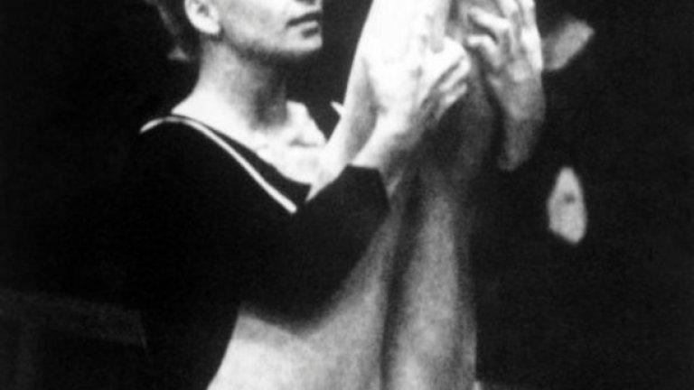 11. Мексико 1968: Езикът на тялото Гимнастичката Вера Чаславска става герой за чешкия народ, когато по време на церемонията по награждаването извръща главата си от флага на СССР, протестирайки комунистическия режим.