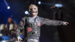 Slipknot  Създаването на нови маски в Slipknot не е просто промяна на образа около излизането на нов албум. Изработването на маска е ритуал за всеки нов член и е нещо, което се е превърнало в толкова характерно за бандата, колкото и тяхната музика.