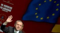 """Най-вероятно споменаването на """"TRеxit"""" от страна на турския президент в този сложен за Европа момент е просто поредният блъф, с който той се опитва да склони Брюксел към предприемане на отстъпки.  Но е тревожен фактът, че думата """"референдум"""" става все по-актуален инструмент на политическия популизъм в глобален план."""