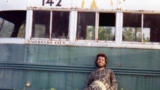"""Автобусът от """"Into The Wild"""" окончателно преместен след серия спасителни операции"""