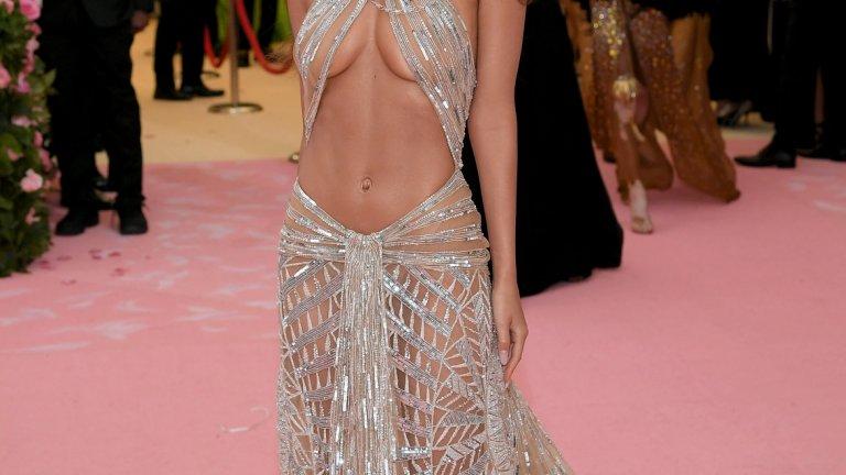 Емили Ратайковски   Моделът реши за пореден път да демонстрира перфектната си фигура в изрязана рокля на дизайнера Питър Дъндас. Тя прераства в ефектен аксесоар за глава, украсен с криле. На няколко пъти обаче Ратайковски едвам се разминава от това роклята й да се размести и да покаже повече, отколкото е предвидила първоначално.
