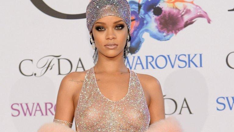 """Риана  Вдъхновена от рибарските мрежи на родния ѝ остров Барбадос, през 2014 г. Риана позира с рокля на дизайнера Адам Селман при раздаването на наградите на модните дизайнери в САЩ. Роклята беше скроена от прозиращ плат и 230 000 кристали """"Сваровски""""."""