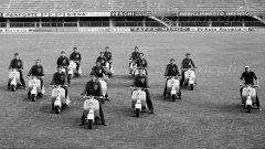 Моторизираната бригада на треньор Фулвио Бернардини (най-вдясно). Футболистите на Фиорентина се снимат с новите си мотопеди, които са подарък за шампионската титла през 1956 г. Вижте в галерията още незабравими футболни кадри.