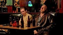 """""""Фарго"""" (1996)  """"Фарго"""" започва с текст, според който """"това е истинска история,"""" допълвайки, че събитията от филма са се случили в Минесота през 1987 г.   Само че във финалните надписи фигурира """"всички герои в този филм за измислени"""". Братя Коен създават част от сценария си на базата на реално престъпление (макар да не разкриват никога кое точно), като формулират събитията преди и след него.   Като се има предвид колко много престъпления се случват във филма, е доста трудно да се изясни коя е реалната основа на филма, особено когато става дума за мълчаливия злодей в сюжета - Гримсруд."""