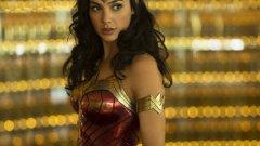 """""""Жената чудо 1984"""" (Wonder Woman 1984) Премиера: 5 юни  Спокойно, това е едва вторият самостоятелен филм за Жената чудо (Гал Гадот), а не 1984-ия. Макар че при комиксовите филми знае ли човек... Действието в него се развива - познахте - през 1984 г. и филмът изглежда солидно напоен с осемдесетарска атмосфера. За историята се знае малко, освен че Даяна Принс, позната ни като Жената чудо, се сблъсква със завръщането на уж загиналия си любим Стив Тревър (Крис Пайн). Насреща й са двама нови врагове - Максуел Лорд (Педро Паскал от Game of Thrones и Narcos) и опасната Cheetah (Кристен Уиг)."""