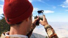 Olloclip    Това устройство – мъниче всъщност представлява 28-mm леща, която разширява способностите на камерата на вашия смартфон. Просто я закрепвате за него и вече снимате с широкоъгълен оптичен вариообектив.  Olloclip дава увеличава многократно zoom-а, така че дори по-далечните обекти стават лесна плячка. Освен това, устройството е снабдено с fish-eye и macro функция.  Компанията разработва допълнителните устройства за iPhone, така че има вече няколко продукта. Те варират в зависимост от различните смартфони на Apple, а общото е джобният формат и надеждната защита на Olloclip. Устройството може да се използва и за Samsung Galaxy S4/S5.   Цената се движи между 30 и 80 долара.