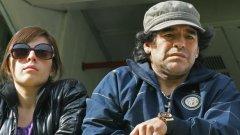 Въпреки че стреля по журналисти, показва им среден пръст и десетки пъти е наранявал семейството си и феновете си с наркоманските си прояви, Марадона е с имидж на крал в Неапол - личност, уважавана не само от футболните запалянковци, но и от хора на изкуството