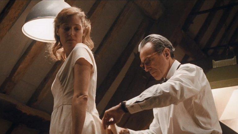 """7. Невидима нишка  6-те номинации за """"Оскар"""", сред които за най-добър филм, режисьор и актьор в главна роля, не може да са случайни. Пол Томас Андерсън ни пренася в Лондон през 50-те и ни разказва историята на шивачът на богатите Рейнолдс Уудкок. Неговият подреден живот бива разтърсен, когато той среща младата и своенравна Алма. В нея Уудкок открива не само муза, но и любовта. А ние ще тъгуваме, когато за последен път видим Даниел Дей Люис на екран."""