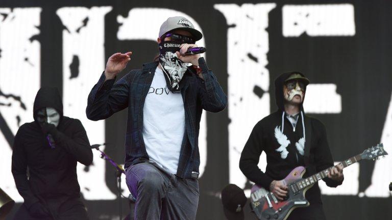 """Hollywood Undead - Outside  Членовете на бандата в началото носеха различно оцветени маски, за да могат феновете да ги различават. С времето обаче този елемент се позагуби и те все повече показват лицата си. Ние обаче ви връщаме към по-маскираните им времена с песента, в която се пее """"Кой остави вратата отворена? Кой ме остави навън?"""". Кой наистина? А глоба?"""