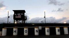 """Няколко пъти месечно Пентагонът пуска журналисти да разгледат Гуантанамо в опит да убедят, че се отнасят """"хуманно, законно, безопасно и прозрачно"""" със 176-те затворници в базата"""