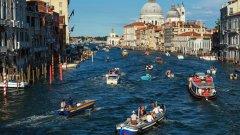 1. Повозете се на корабче №1 във Венеция  Вероятно си представяхте по-скоро возене на гондола във Венеция, но ние не го препоръчваме. Доста скъпо удоволствие, което си струва единствено заради снимките и не е толкова романтично. Вместо това, някоя вечер, се качете на корабче №1 от началото до края на курса му. Вземете си сладолед за из път и някой, който да гушкате в тъмното. Очакват ви невероятни нощни панорами и луната на Венеция, която се отразява в каналите.