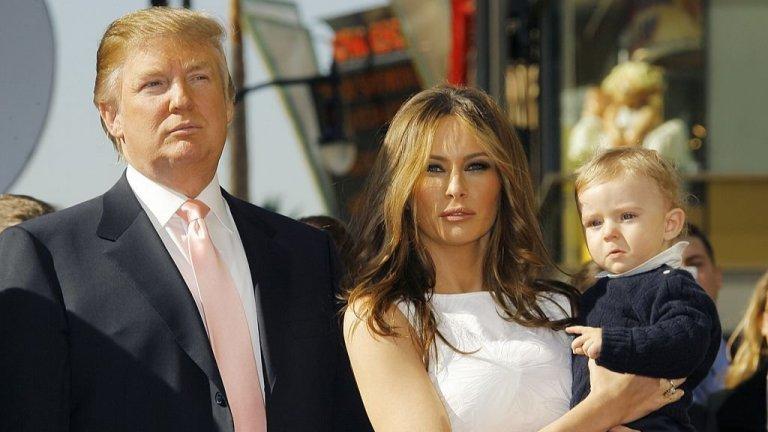 """С пищно сватбено тържество, дизайнерска рокля за 100 000 долара и милиардерска съпруга, Мелания още тогава е изпълнила американската мечта. Без да знае, че й се полага още по-голямо """"парче от пая"""".  Семейство Тръмп през 2006 г. на церемонията по октриването на звезда на Алеята на славата в Холивуд на Доналд Тръмп."""