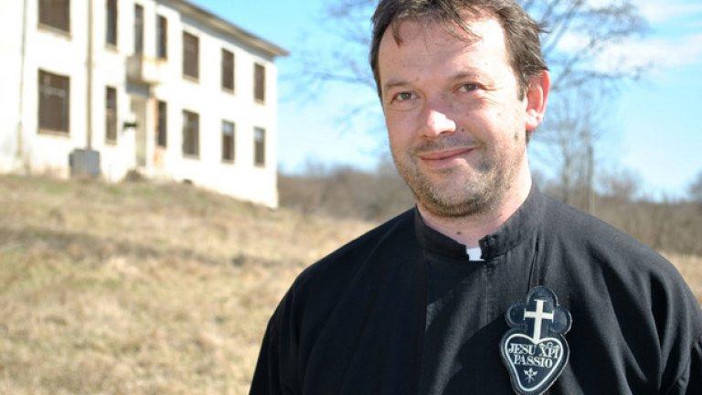 Отец Паоло Кортези, католическият свещеник, който приюти семейство сирийски бежанци, напуска България. Той съобщи това тази сутрин в личната си страница във Facebook