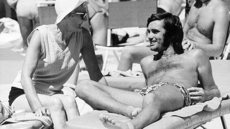 """Джордж Бест Състояние около 100 млн. долара От футболен магьосник, Джордж Бест приключва дните си на 59-годишна възраст с присаден черен дроб поради алкохолизъм и наркотици. Притежаващ статут на легенда, Бест омайва феновете на футбола с екипа на Манчестър Юнайтед дълги години преди да се откаже и да се отдаде на пороците. """"Всичко, което имах, пръснах за жени, коли, пиене и наркотици. Надявам се да съм предупреждение за всички в подобна ситуация"""", казва Бест малко преди да почине.  Раздавайки бакшиши по 6 хиляди паунда и плащайки екскурзии с Мис Свят, легендарният северноирландец профуква огромните си авоари с лека ръка."""
