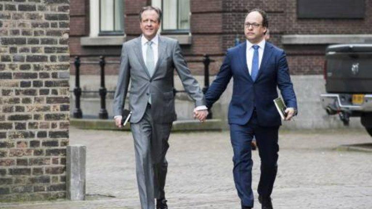 Мъже, които се държат за ръка  на улицата. Такава кампания започна в Холандия в знак на протест срещу хомофобията