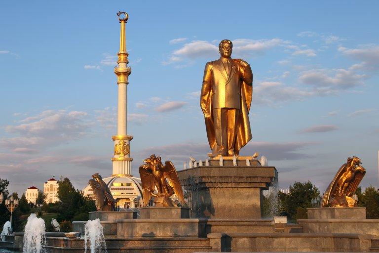 Позлатена статуя на президента Гурбангули Бердимухамедов - какъв по-добър начин да покажеш, че страната ти се справя добре по всички показатели