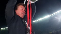 Ван Гаал вдига трофея от Шампионската лига, спечелен геройски с гола на Клуйверт срещу Милан пет минути преди края